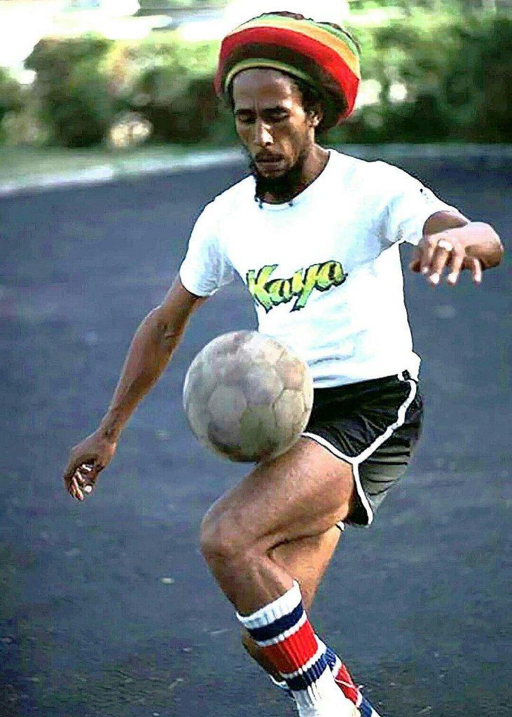 Bob Marley jugando al futbol