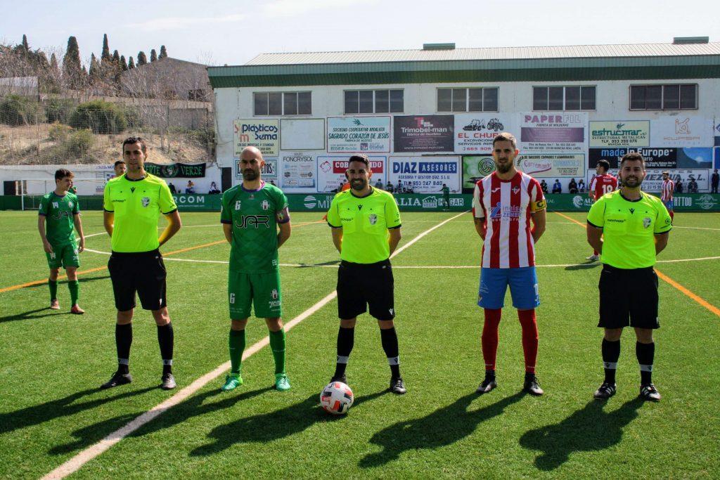 Trío arbitral y capitanes del Mancha Real y Poli Almería Jornada 21
