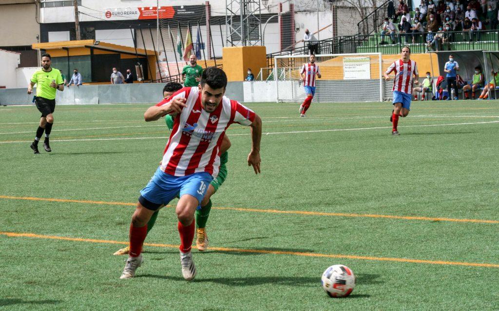 Álvaro de la Rosa luchando por un balón en la delantera