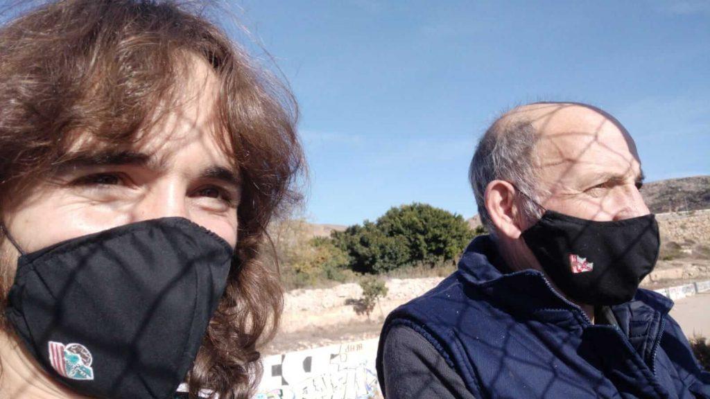 Aitor y juan viendo uin partido desde la valla